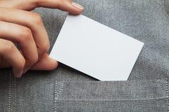 Άτομο που βάζει την κενή επαγγελματική κάρτα στην τσέπη πουκάμισού του στοκ εικόνες