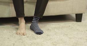 Άτομο που βάζει τις κάλτσες του απόθεμα βίντεο