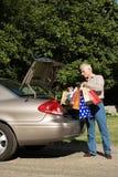Άτομο που βάζει τις τσάντες αγορών στο αυτοκίνητο στοκ εικόνες με δικαίωμα ελεύθερης χρήσης