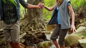 Άτομο που βοηθά τη φίλη του για να διασχίσει τον ποταμό απόθεμα βίντεο