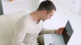 Άτομο που βρίσκει κάτι για να αγοράσει στο διαδίκτυο απόθεμα βίντεο