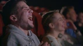 Άτομο που γελά στην ταινία κωμωδίας Αρσενική συγκίνηση στην ψυχαγωγία κινηματογράφων απόθεμα βίντεο