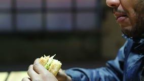 Άτομο που γεμίζεται με τα τρόφιμα φτωχής ποιότητας, που πάσχουν από την κακή διατροφική διαταραχή φιλμ μικρού μήκους
