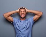 Άτομο που γελά με τα χέρια στο κεφάλι Στοκ φωτογραφία με δικαίωμα ελεύθερης χρήσης