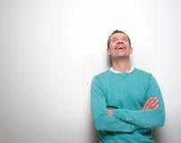 Άτομο που γελά με τα όπλα που διασχίζονται και που ανατρέχει Στοκ Εικόνες