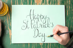 Άτομο που γράφει μια ευτυχή κάρτα ημέρας του ST Πάτρικ Στοκ Φωτογραφίες