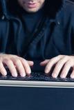 Άτομο που γράφει στον υπολογιστή keyborad Στοκ φωτογραφία με δικαίωμα ελεύθερης χρήσης