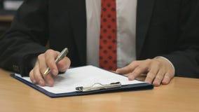 Άτομο που γράφει το κείμενο που χρησιμοποιεί έναν στυλό σημείου σφαιρών απόθεμα βίντεο