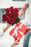 Άτομο που δίνει το παρόν και τα λουλούδια για τη φίλη στοκ φωτογραφίες με δικαίωμα ελεύθερης χρήσης