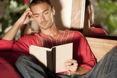 Άτομο που διαβάζει ένα βιβλίο ενώ στις τροπικές διακοπές. στοκ εικόνες με δικαίωμα ελεύθερης χρήσης