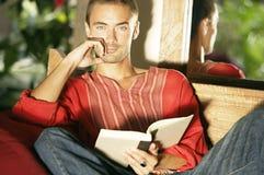 Άτομο που διαβάζει ένα βιβλίο ενώ στις τροπικές διακοπές. στοκ εικόνες