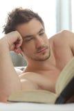 Άτομο που διαβάζει ένα βιβλίο στοκ φωτογραφίες