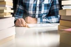 Άτομο που διαβάζει το ηλεκτρονικό βιβλίο ή τις σε απευθείας σύνδεση ειδήσεις με τον αναγνώστη στοκ φωτογραφίες