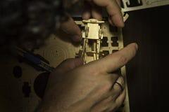 Άτομο που διαμορφώνει μια ξύλινη μηχανή Στοκ Φωτογραφίες