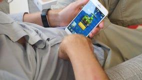Άτομο που δοκιμάζει το πιό πρόσφατο iPhone 8 συν app τη γρήγορη κίνηση χρόνος-σφάλματος Royale διαφωνίας παιχνιδιών απόθεμα βίντεο