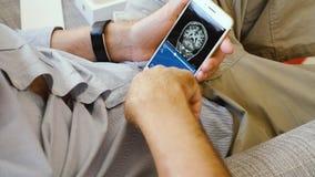 Άτομο που δοκιμάζει το πιό πρόσφατο iPhone 8 συν app τον ανθρώπινο γιατρό app διαγωνισμών προσομοίωσης εγκεφάλου ιατρικό απόθεμα βίντεο