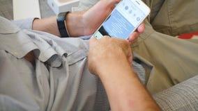 Άτομο που δοκιμάζει το πιό πρόσφατο iPhone 8 συν app Instagram app φωτογραφιών το κοινωνικό δίκτυο απόθεμα βίντεο