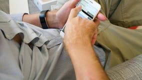 Άτομο που δοκιμάζει το πιό πρόσφατο iPhone 8 συν app UBS τον κινητό τραπεζικό app ρυθμό μεταφοράς CHF CAD φιλμ μικρού μήκους