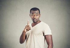 Άτομο που δείχνει επάνω την κατοχή της λύσης ιδέας, που παρουσιάζει στον αριθμό δάχτυλων έναν Στοκ Εικόνες