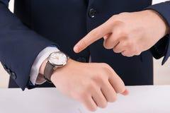 Άτομο που δείχνει στο wristwatch Στοκ φωτογραφία με δικαίωμα ελεύθερης χρήσης