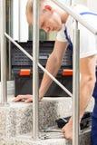 Άτομο που εγκαθιστά ένα bannister Στοκ φωτογραφία με δικαίωμα ελεύθερης χρήσης