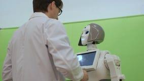 Άτομο που εκφράζει την αγάπη σε ένα θηλυκό ρομπότ απόθεμα βίντεο