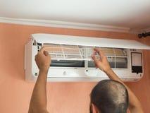 Άτομο που ελέγχει το φίλτρο κλιματιστικών μηχανημάτων στοκ εικόνες