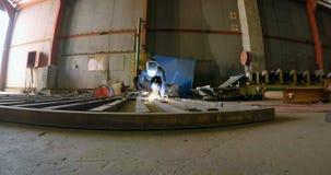 Άτομο που ενώνει στενά ένα μέταλλο με τη μηχανή συγκόλλησης 4k φιλμ μικρού μήκους