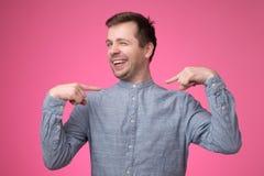 Άτομο που εξετάζει βέβαιο με το χαμόγελο στο πρόσωπο που δείχνει με τα δάχτυλα τον στοκ φωτογραφία με δικαίωμα ελεύθερης χρήσης