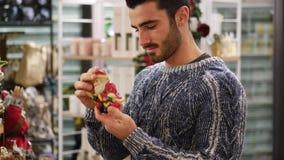 Άτομο που εξετάζει τα αγαθά στο ράφι φιλμ μικρού μήκους