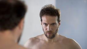 Άτομο που εξετάζει την αντανάκλαση καθρεφτών του με την έχθρα και την ντροπή, που αισθάνονται ένοχες στοκ εικόνες
