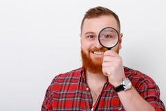Άτομο που εξετάζει την ενίσχυση - γυαλί Στοκ Εικόνες