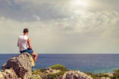 Άτομο που εξετάζει την όμορφη ωκεάνια άποψη, χαλάρωση Στοκ εικόνα με δικαίωμα ελεύθερης χρήσης