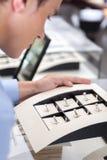 Άτομο που εξετάζει τη συλλογή των δαχτυλιδιών στοκ εικόνες