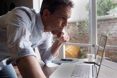 Άτομο που εξετάζει τον υπολογιστή, στάση Στοκ Εικόνες