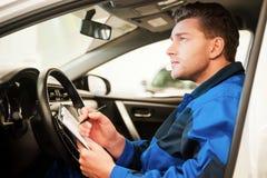Άτομο που εξετάζει το αυτοκίνητο Στοκ φωτογραφία με δικαίωμα ελεύθερης χρήσης