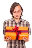 Άτομο που εξετάζει το δώρο Στοκ Εικόνες
