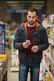 Άτομο που εξετάζει το κινητό τηλέφωνο στο εμπορικό κέντρο Στοκ φωτογραφία με δικαίωμα ελεύθερης χρήσης