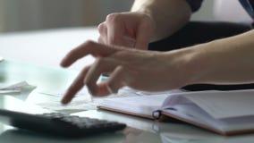 Άτομο που εξετάζει το λογαριασμό και τις μετρώντας δαπάνες, χαμηλό εισόδημα, προγραμματισμός οικογενειακών προϋπολογισμών φιλμ μικρού μήκους
