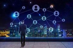 Άτομο που εξετάζει το μπλε δίκτυο Στοκ Εικόνες