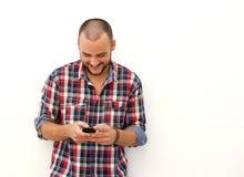 Άτομο που εξετάζει το τηλέφωνο και το χαμόγελο κυττάρων Στοκ Φωτογραφία
