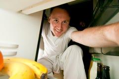 Άτομο που εξετάζει το ψυγείο Στοκ φωτογραφία με δικαίωμα ελεύθερης χρήσης