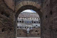 Άτομο που εξετάζει το Colosseum Στοκ Φωτογραφίες