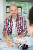 Άτομο που εξετάζει swatch χρώματος και που βοηθά τον πελάτη Στοκ φωτογραφία με δικαίωμα ελεύθερης χρήσης