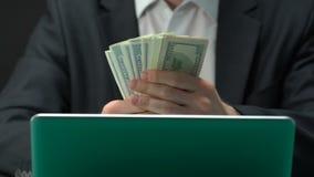 Άτομο που εξιστορεί τα χρήματα κέρδισε, καθαρό κέρδος, καλή επένδυση, επιτυχές ξεκίνημα απόθεμα βίντεο