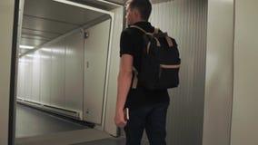 Άτομο που επιβιβάζεται σε ένα αεροπλάνο με τις αποσκευές φιλμ μικρού μήκους