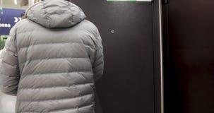 Άτομο που επιλέγει την πόρτα σιδήρου στο κατάστημα απόθεμα βίντεο