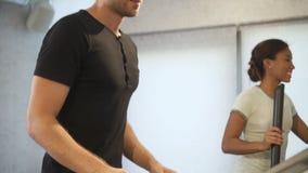 Άτομο που επιλέγει το επίπεδο για το τρέξιμο treadmill στη μηχανή φιλμ μικρού μήκους