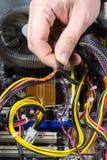 Άτομο που επισκευάζει έναν υπολογιστή Στοκ Φωτογραφία