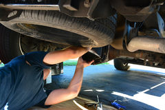 Άτομο που επισκευάζει ένα αυτοκίνητο ή ένα φορτηγό Στοκ Εικόνα